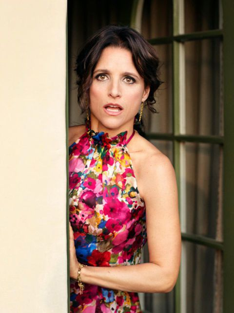 színésznő julia louis-dreyfus peeking around a door and looking surprised