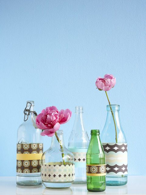 装饰 glass bottles with flowers in them