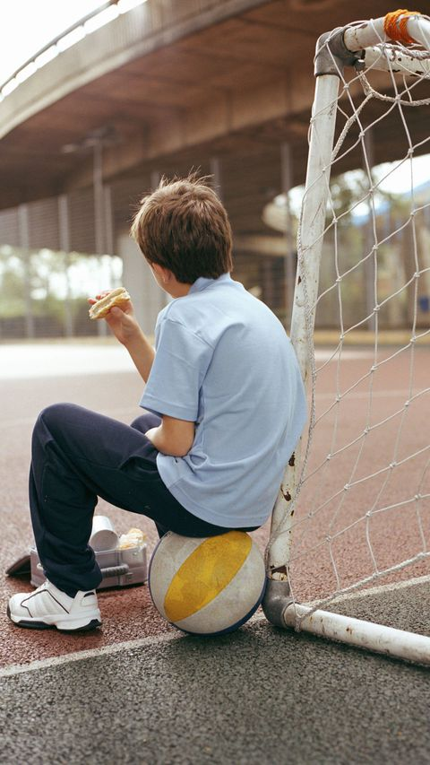 Kind eating alone on playground