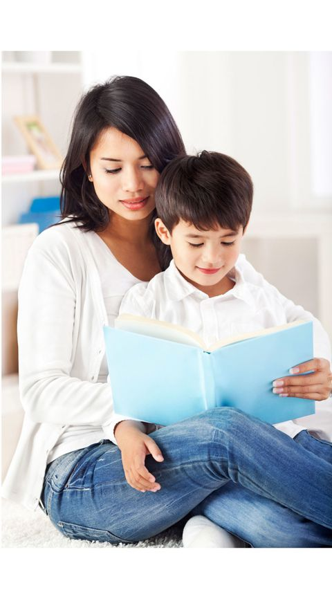 Mutter reading with child