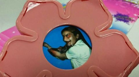 Mamá Buys Daughter a Princess Wand, Is Shocked to Find Terrifying Photo Inside