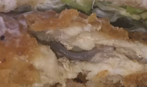 Mujer Finds A Nasty Surprise In Her McDonald's McChicken Sandwich