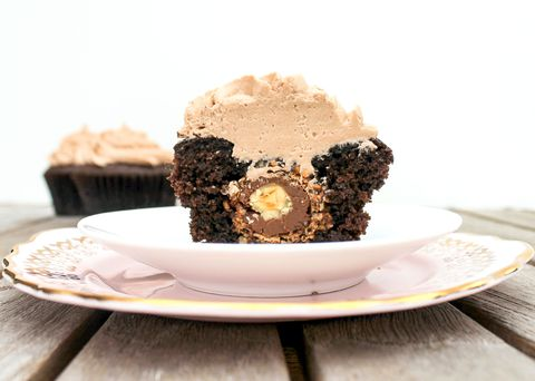 Фереро Rocher-stuffed chocolate cupcakes